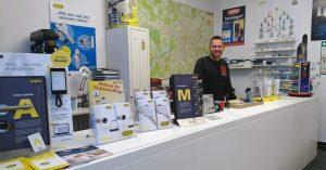 Ladenbesitzer Adam Saternus hinter der Theke in seinem Schluesseldienst